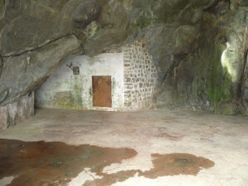 hospital-cave-eingang